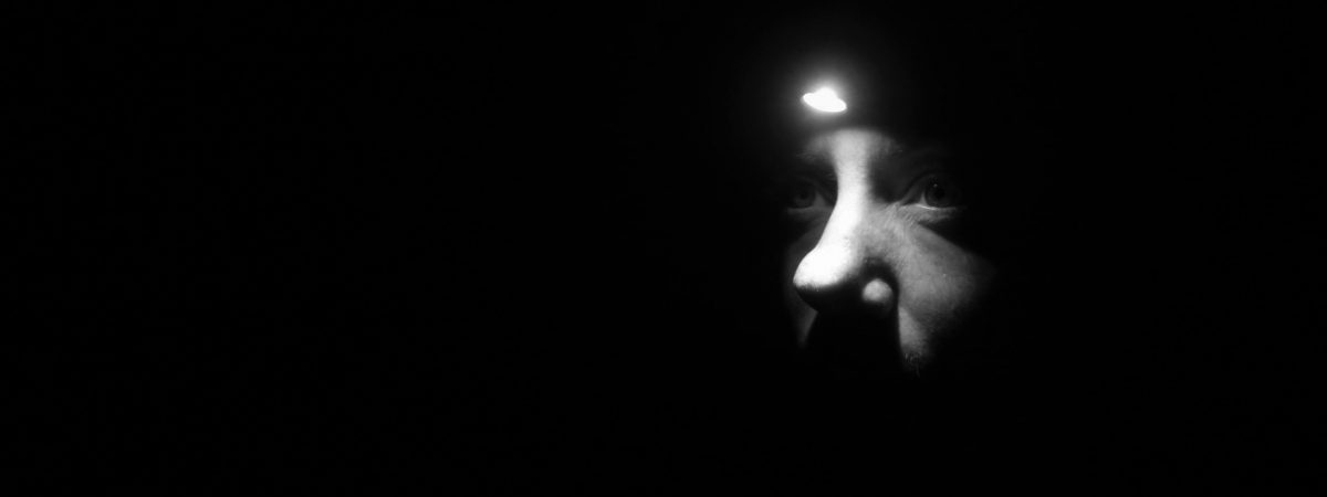 i mørket